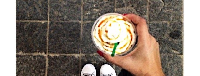 Starbucks is one of Lugares favoritos de Helem.