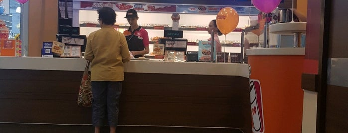 Dunkin' Donuts is one of Locais curtidos por Shank.