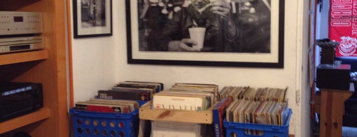 Musica en Vinyl Roma is one of Locais curtidos por Mariana.