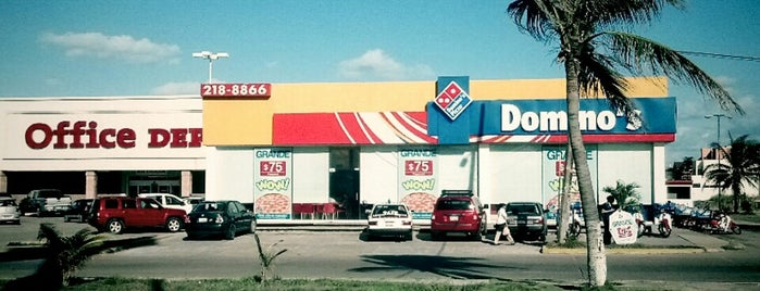Domino's Pizza is one of Tempat yang Disukai Changui.