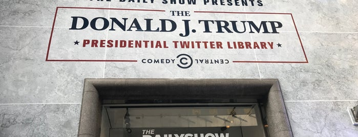 The Daily Show Presents The Donald J. Trump Presidential Twitter Library is one of Lugares favoritos de David.
