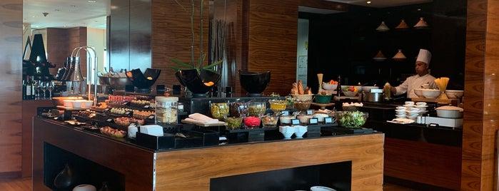 Ritz Carlton club lounge is one of Locais salvos de Queen.