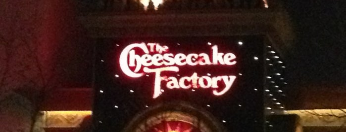 The Cheesecake Factory is one of Tempat yang Disukai Julie.