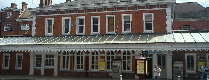 Tunbridge Wells Railway Station (TBW) is one of Lugares favoritos de Henry.
