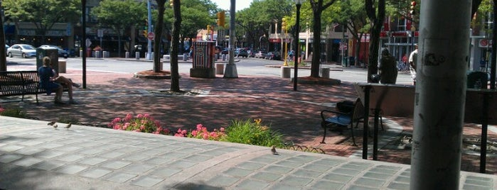 Davis Square Plaza is one of Locais curtidos por Ross.