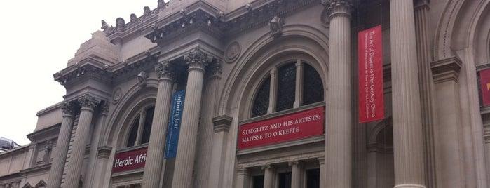 Metropolitan Museum Steps is one of Gossip Girl Filming Locations.