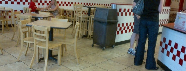 Five Guys is one of Orte, die Chrissy gefallen.