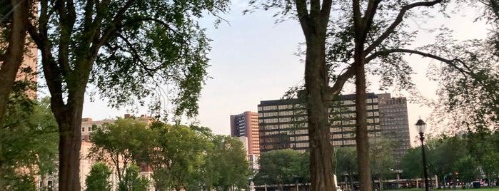 Downtown New Haven is one of Tempat yang Disukai Lindsaye.