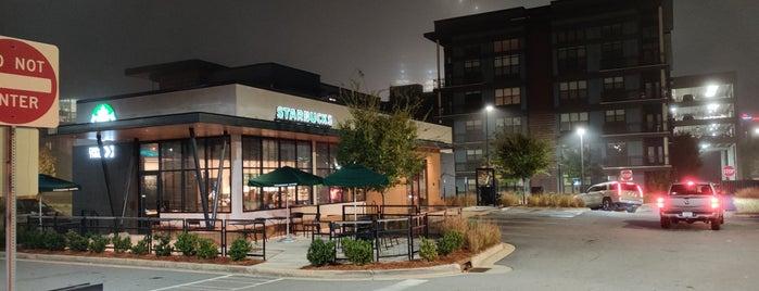 Starbucks is one of สถานที่ที่ Elle ถูกใจ.