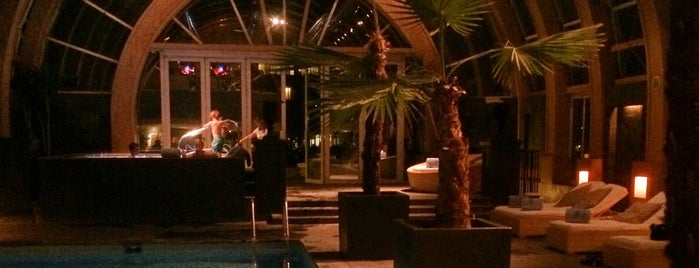 Piscina y Spa is one of Lounging Santiago.