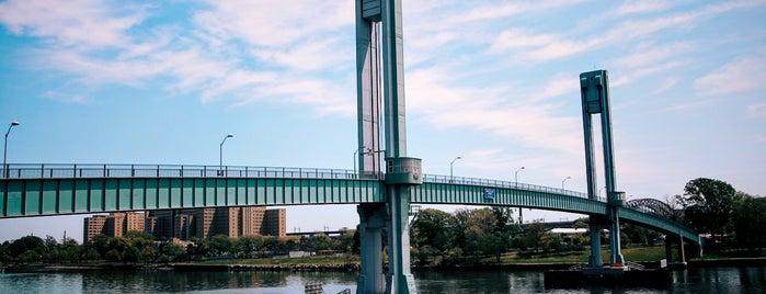 102nd St Footbridge is one of Tempat yang Disukai Geraldine  🤡😻😆💋👋.