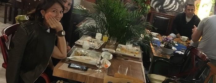 Art Smyrna Cafe & Galeri is one of Dsignoria'nın Beğendiği Mekanlar.