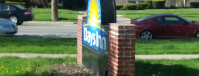Days Inn Cleveland Lakewood is one of Tempat yang Disukai John.