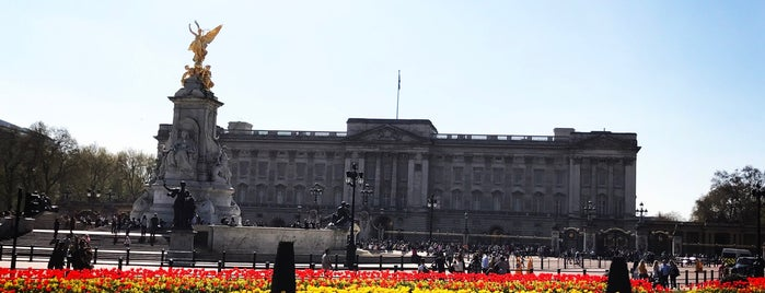 Buckingham Palace is one of Tempat yang Disukai Eric.