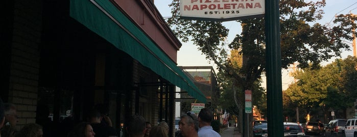 Frank Pepe Pizzeria Napoletana is one of Locais curtidos por Eric.