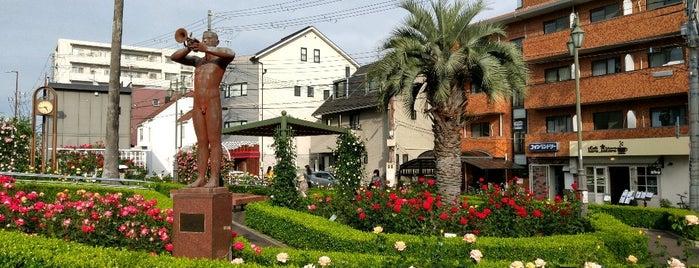 岡本バラ公園 is one of Locais curtidos por Hitoshi.