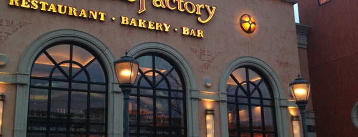 The Cheesecake Factory is one of Julieさんのお気に入りスポット.