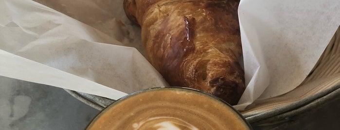 Java Joe's & Groovy Bean Coffee Roasters is one of Orte, die Peter gefallen.