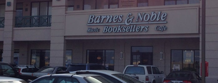 Barnes & Noble Booksellers is one of Tempat yang Disukai Jason.