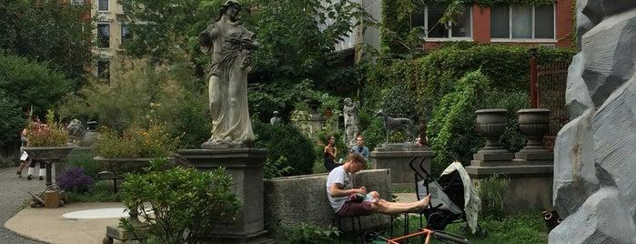 Elizabeth Street Garden is one of สถานที่ที่ Sofia ถูกใจ.