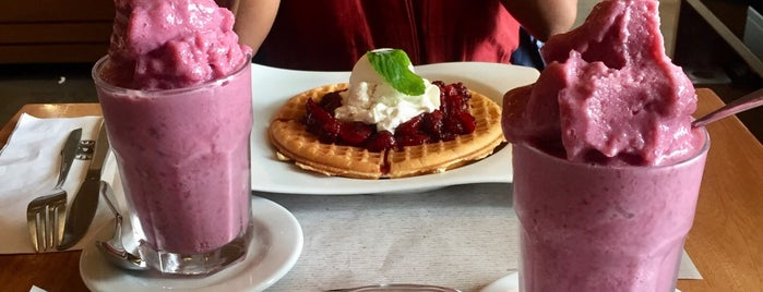 Crepes & Waffles is one of Dulceさんのお気に入りスポット.