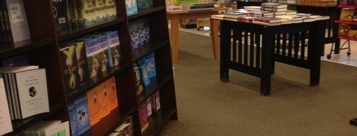 Barnes & Noble is one of Orte, die Dave gefallen.