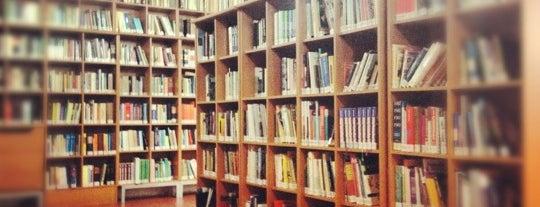 İstanbul Aydın Üniversitesi Merkez Kütüphanesi is one of Lieux qui ont plu à Özge.
