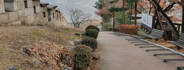 성북 성곽 is one of ㅅㅇ 쇼핑. 스킨케어. 문화..
