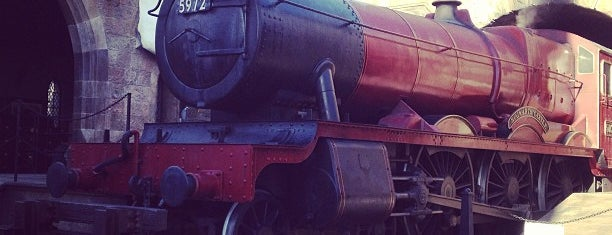 Hogwarts Express – Hogsmeade Station is one of สถานที่ที่ Tim ถูกใจ.