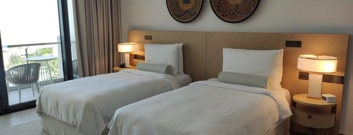 Jumeirah Saadiyat Island Resort is one of Lugares guardados de Feras.