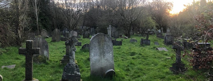 Hampstead Cemetery is one of สถานที่ที่ James ถูกใจ.