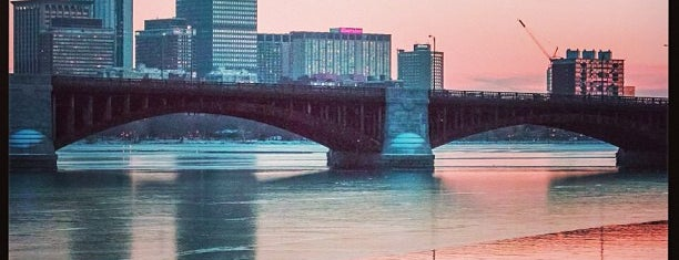 Longfellow Bridge is one of Lugares favoritos de Joe.
