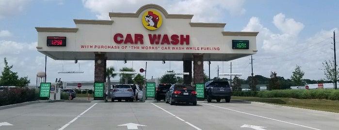 Buc-ee's Car Wash is one of Tempat yang Disukai Rita.