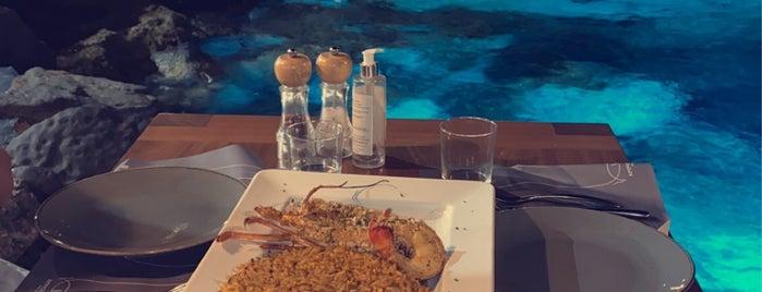 Ammoudi Fish Tavern is one of Bradley'in Beğendiği Mekanlar.