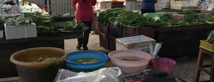 Pho Sam Ton Market is one of Locais salvos de Luis.