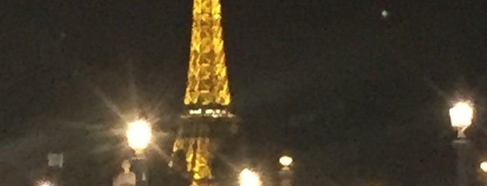 Menara Eiffel is one of Tempat yang Disukai María.