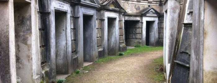 Highgate Cemetery is one of London.