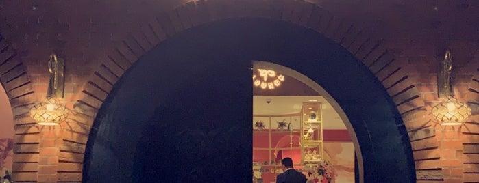La Flor Lounge is one of Locais salvos de Queen.