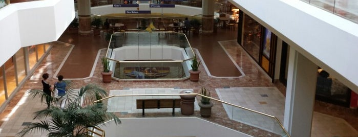South Coast Plaza is one of Lugares favoritos de Emily.