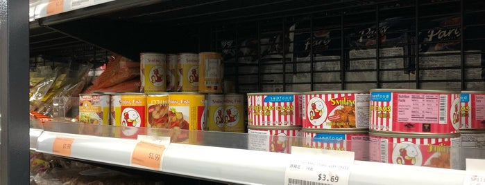 Lim Chhour Supermarket is one of Haden'in Beğendiği Mekanlar.