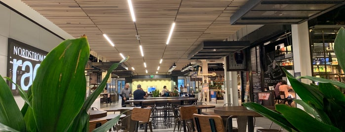 Lincoln South Food Hall is one of Locais curtidos por Josh.