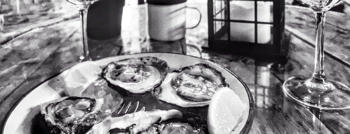 la mar oysters & drinks is one of Santander.