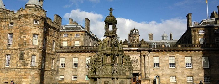 Palacio de Holyroodhouse is one of Edinburgh mit Mum.