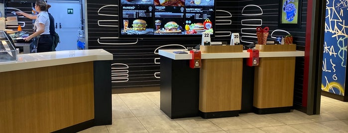 McDonald's is one of Locais curtidos por Rolando.