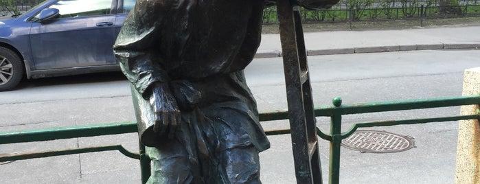 Памятник фонарщику is one of Питер.