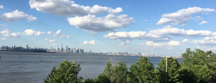 North Shore Esplanade Bike Path is one of Make NYC Your Gym: In Transit.