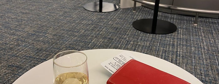 Korean Air Prestige Class Lounge - East is one of Scott'un Beğendiği Mekanlar.