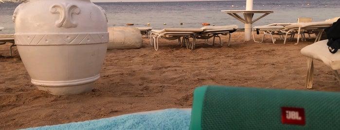 Beach at Sunrise Grand Select Arabian Beach Resort is one of Lugares favoritos de Денис.