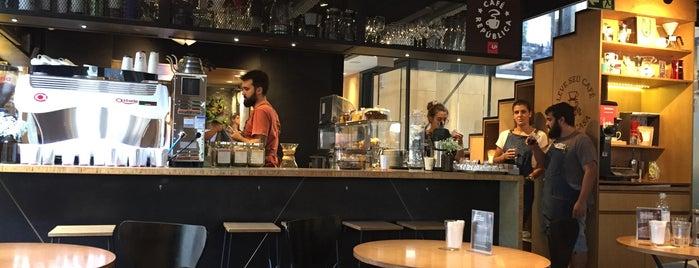Café República CUP is one of Tempat yang Disukai Lívia.