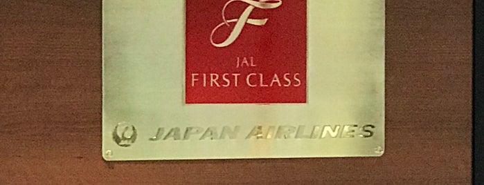 JAL First Class Check-in Counter is one of Lieux qui ont plu à 亮さん.